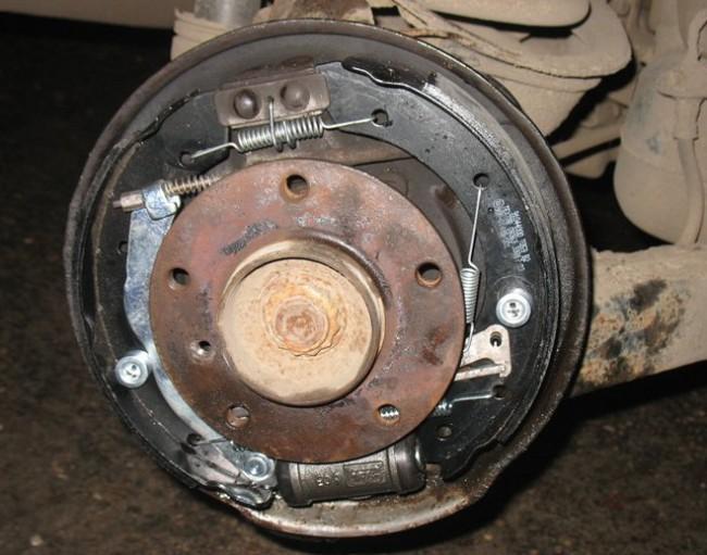 задние тормозные колодки на BMW e36